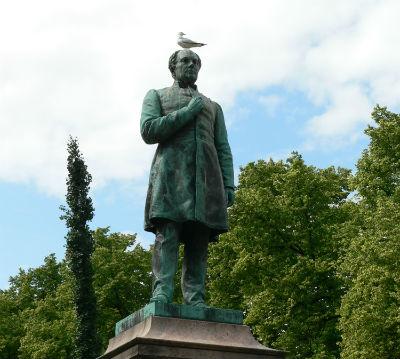 Tiesitkö kenen käsi Runebergilla on?